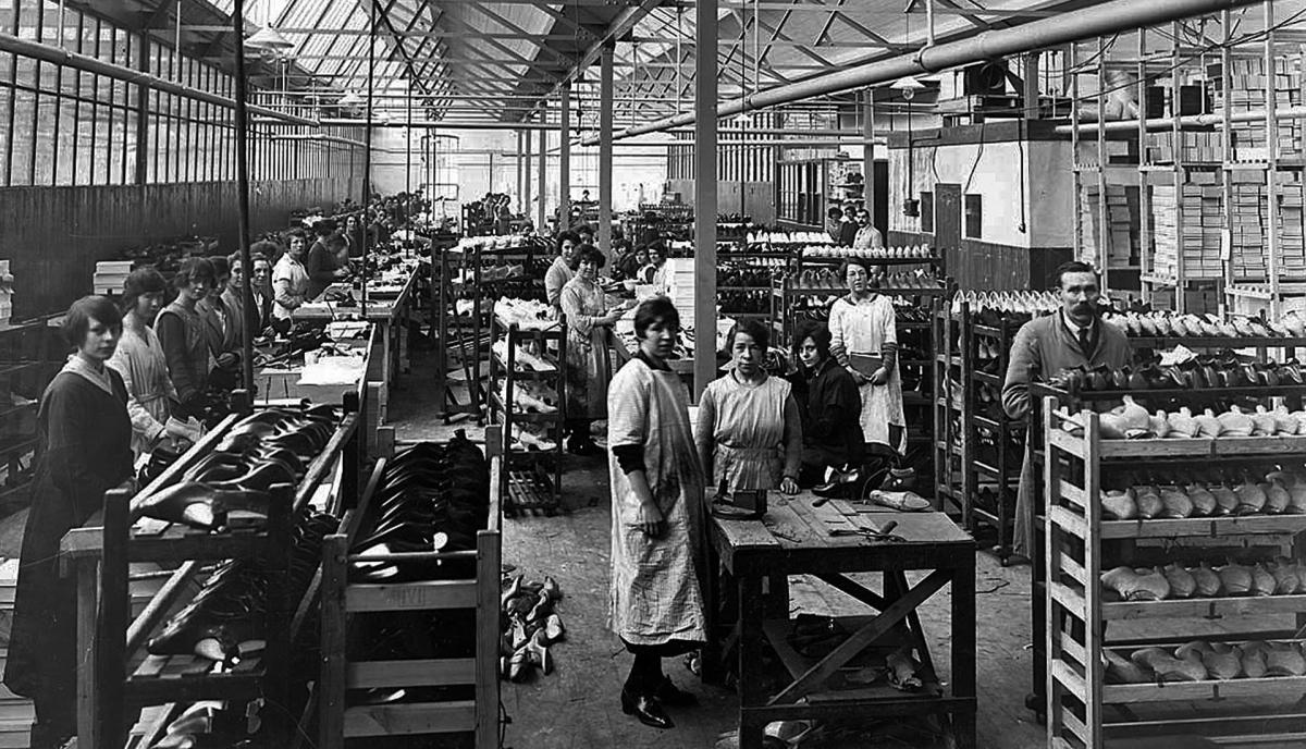 pabrik sepatu sejarah sepatu - img 5b886c5605f43 1 - Sepatu memiliki sejarah 40.000 tahun!