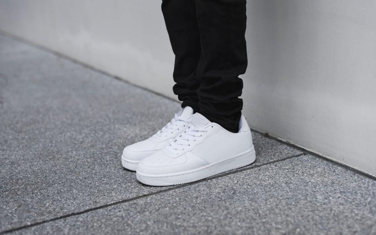 gambar sepatu, sepatu putih sneakers putih - sneaker putih - 10 Cara Merawat Sepatu Sneakers Putih Agar Selalu Terlihat Baru
